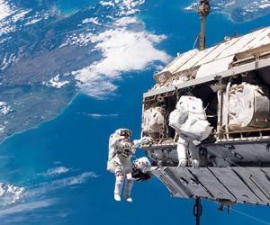 Cosmonautas rusos de la EEI realizan una caminata en el espacio abierto