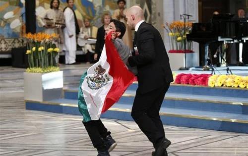 Individuo con bandera de México interrumpe ceremonia del Nobel de la Paz