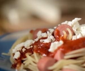 Espaguetis con salchicha para alegrar a los pequeños del hogar